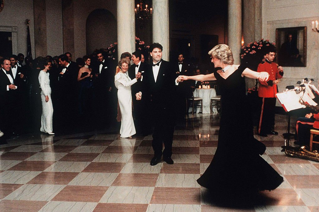 Princess Diana dances with John Travolta at the White House on November 9, 1985. | Photo: Getty Images