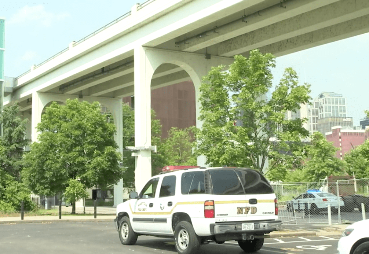 Police presence alongside the bridge when a suspect allegedly jumped into the river | Photo: Youtube/WKRN News 2