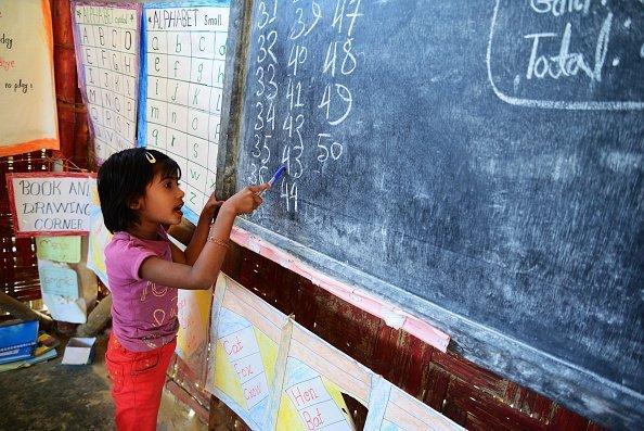 Junges Kind an der Tafel | Quelle: Getty Images
