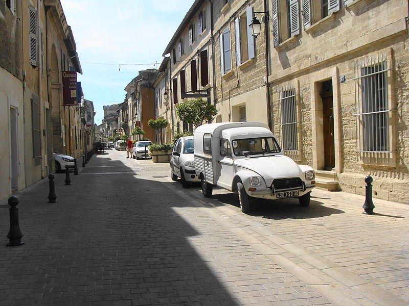 Vue de la Rue de la République, Villeneuve lez Avignon. | Wikimedia Commons