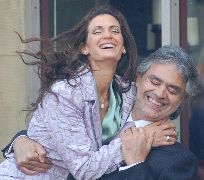 Andrea Bocelli avec sa fiancée Veronica Berti lors d'une cérémonie à l'occasion de laquelle Bocelli recevra une étoile sur le Walk of Fame à Hollywood en mars 2010.   Photo: Wikimedia Commons