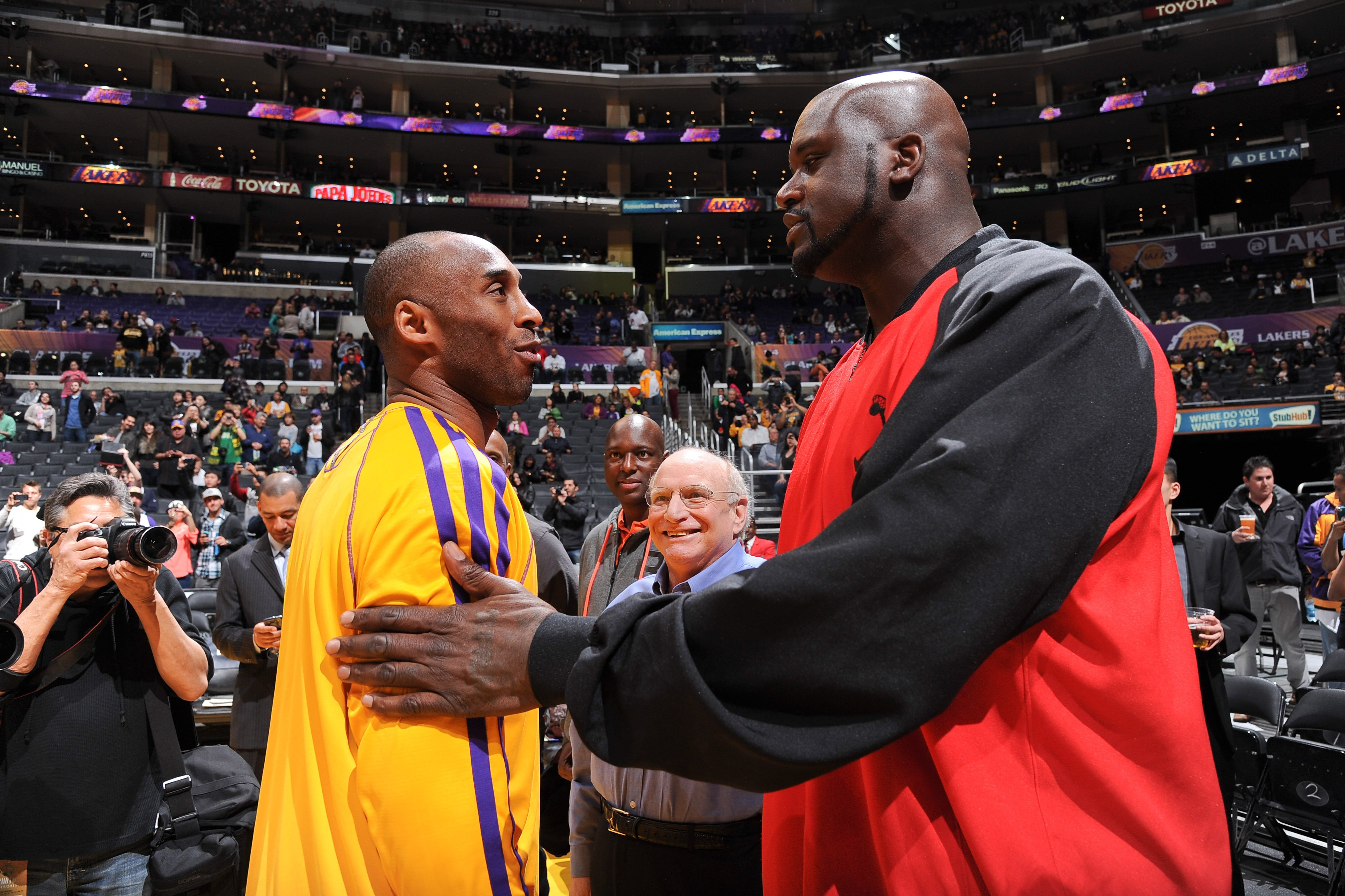 Shaquille O'Neal greets former teammate Kobe Bryant #24 of the Los Angeles Lakers before a game between the Lakers and the Phoenix Suns at Staples Center on February 12, 2013 | Photo: GettyImages