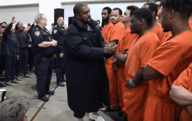 Kanye West accueille les détenus de la prison du comté de Harris à Houston, au Texas | Photo: KHOU 11