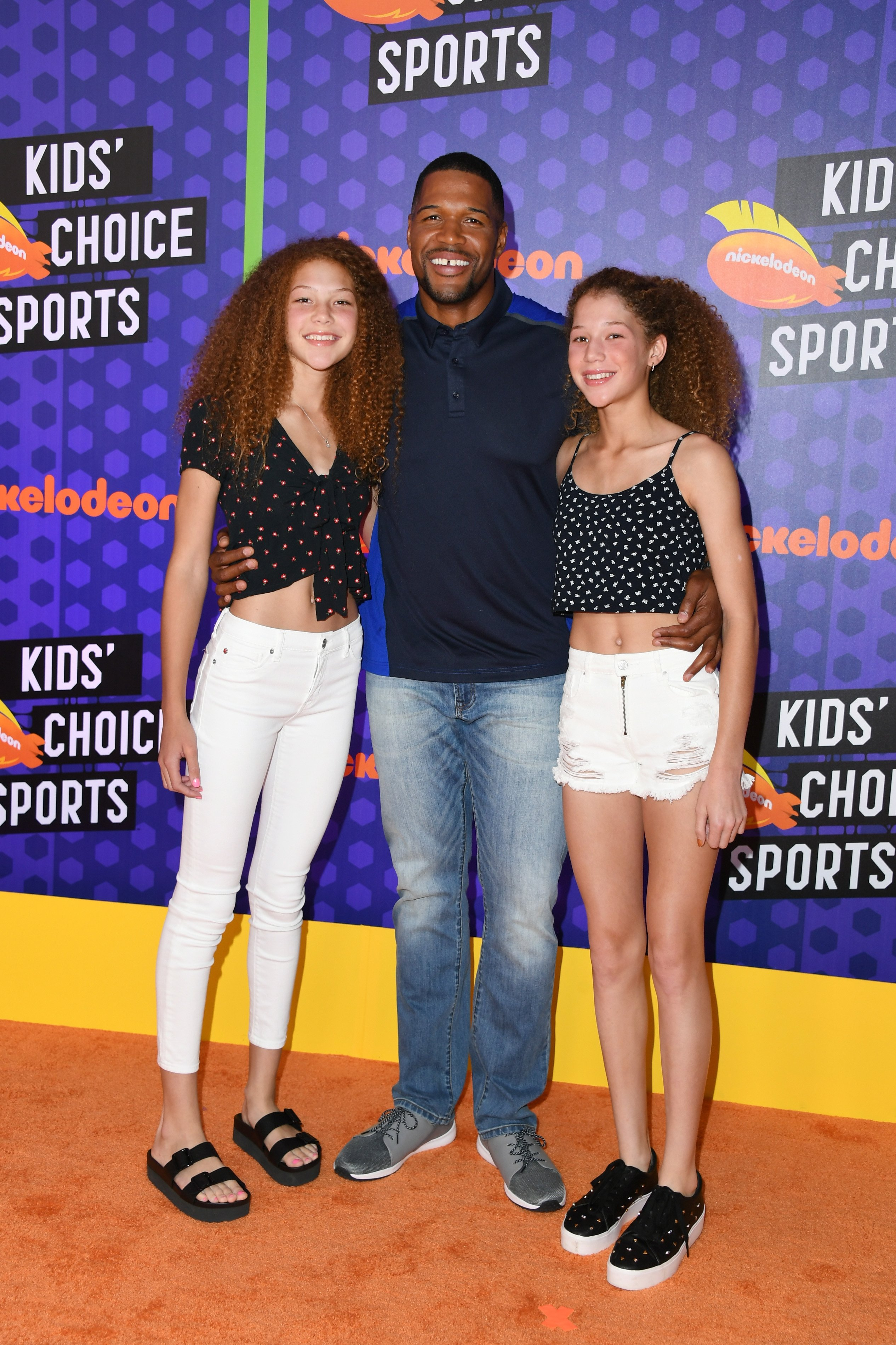 Michael Strahan and his twin daughters Isabella Strahan and Sophia Strahan at the Nickelodeon Kids' Choice Sports 2018 in Santa Monica, California | Photo: Getty Images
