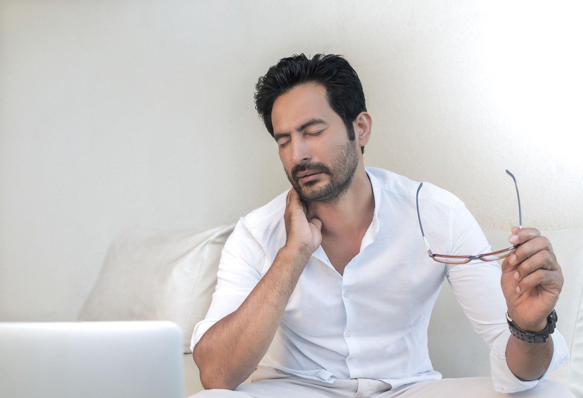 Hombre con dolor de cuello. Fuente: Pixabay