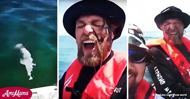 Le moment hilarant où un calmar a craché son encre sur la visage d'un pêcheur