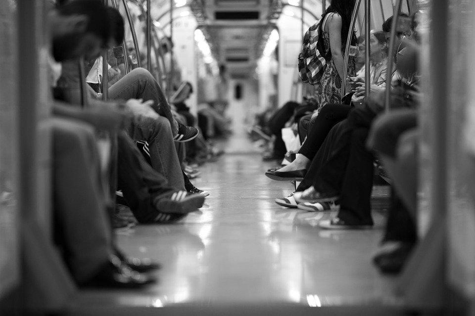 Des passagers dans un train. | Photo : Pixabay