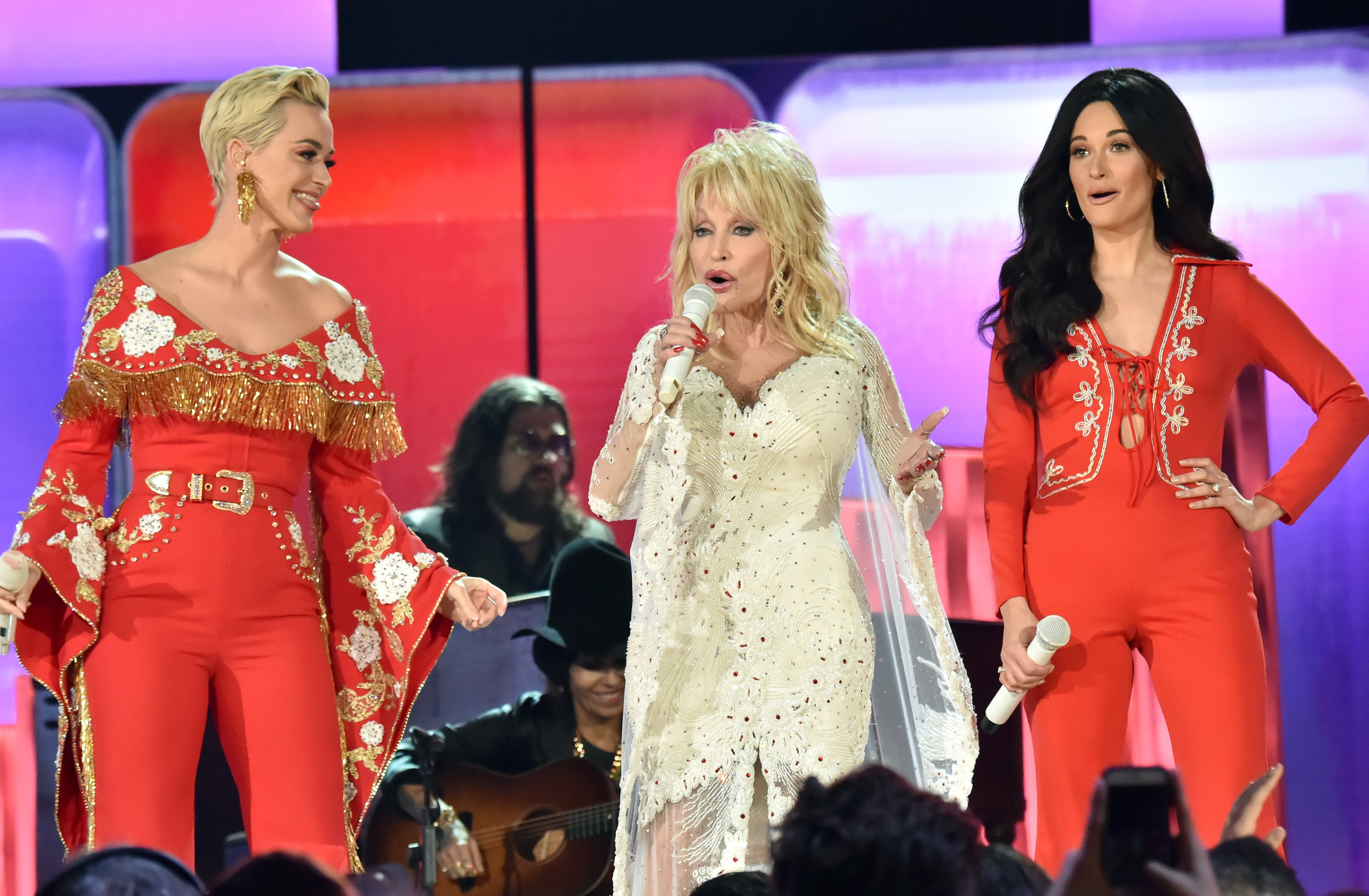 Doll5y Parton singing alongside Katy Perry and Maren Morris during a tribute to herself at the 61st Grammy Awards | Photo: Getty Images