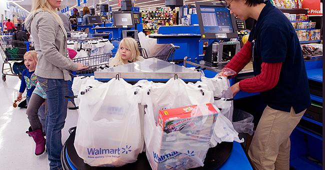 Chiste del día: Cliente entra en el 'carril express' con demasiados productos
