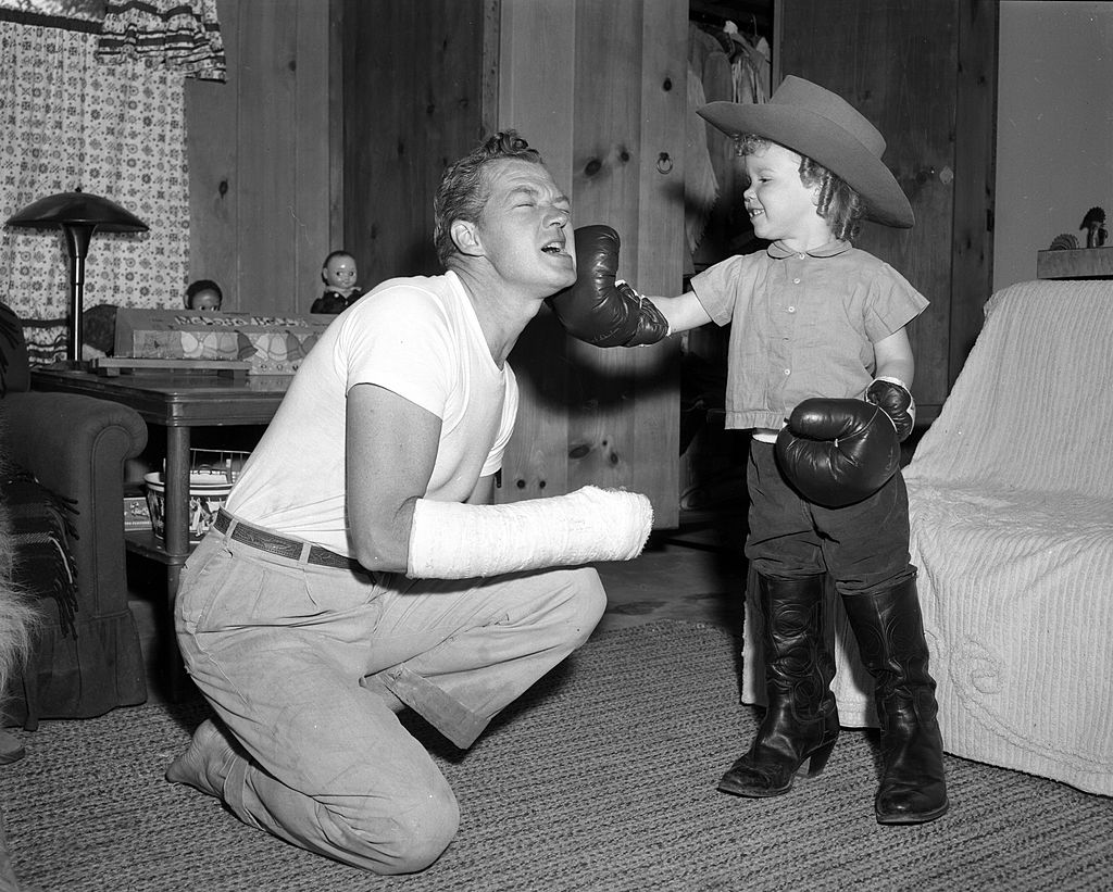 Bill Williams is seen playing with his son Katt at home on 02 June, 1957 | Photo: Getty Images