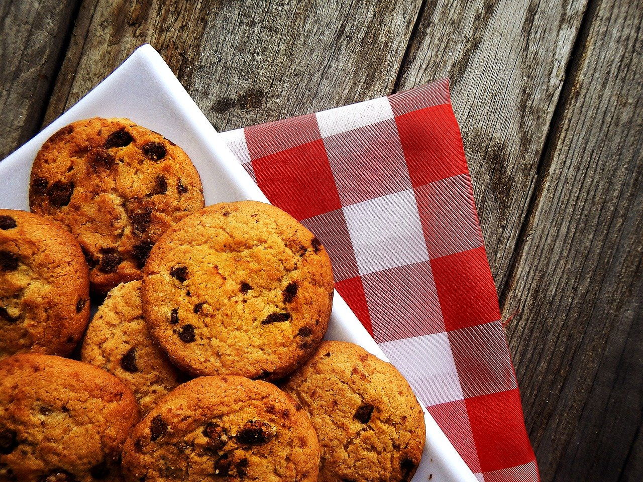 A tray full full of chocolate-chips biscuits on a kitchen table. I Photo: Pixabay.