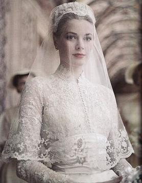 Grace Kelly in her wedding dress | Source: Wikimedia