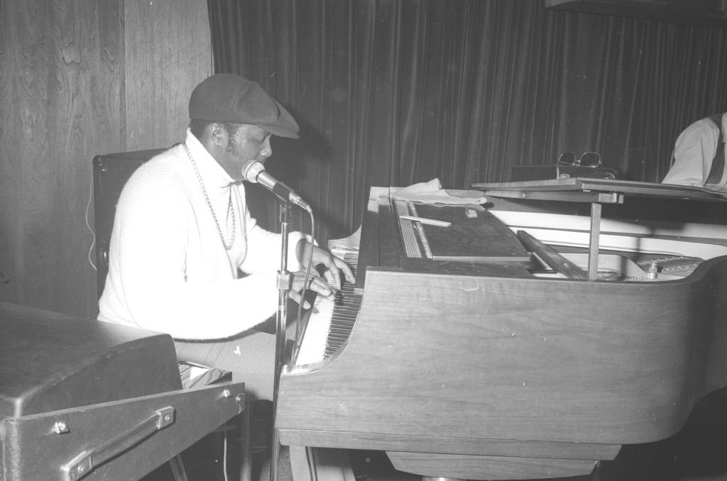 A monochrome portrait of Donny Hathaway playing a keyboard, on April 20, 1971 | Photo: Getty Images
