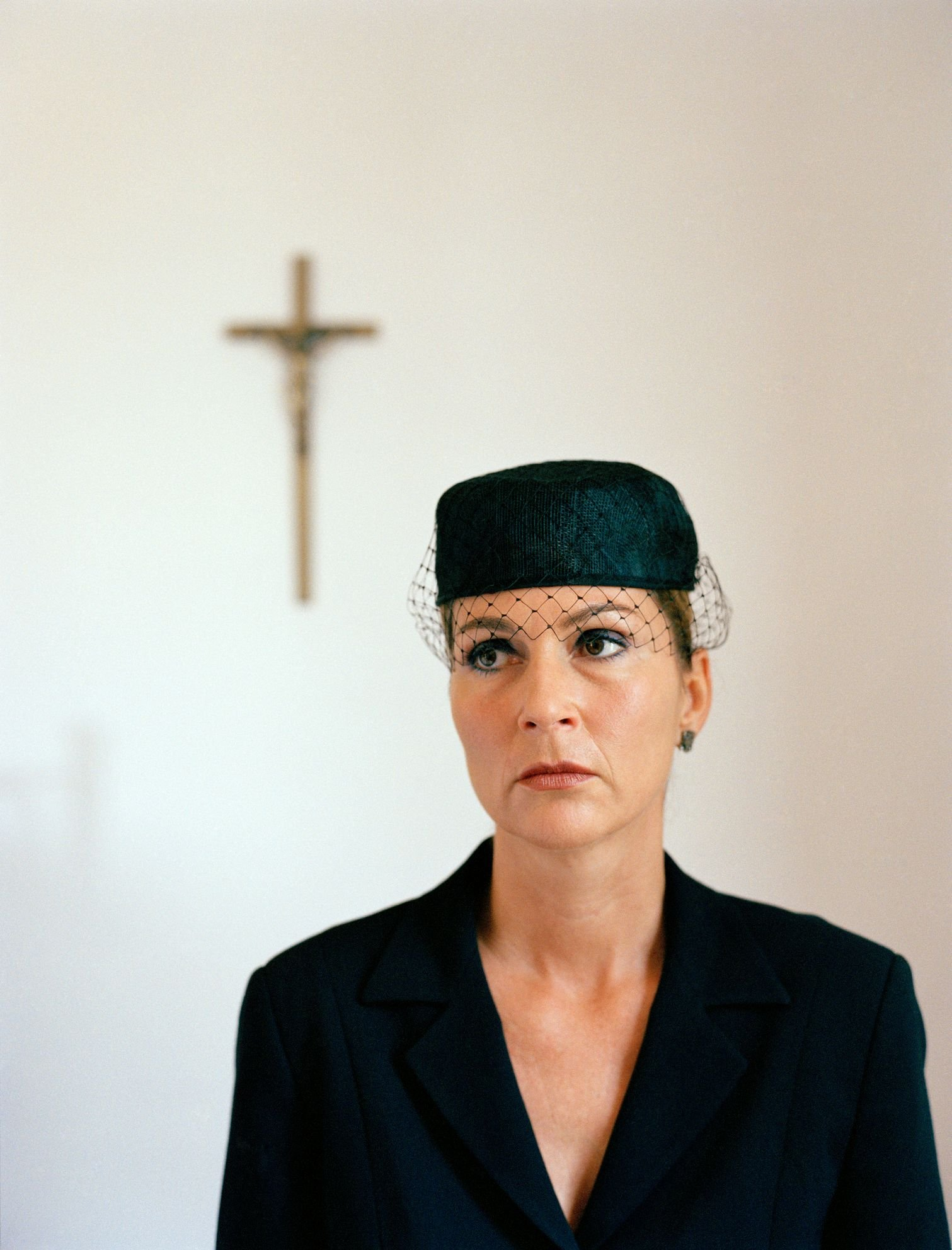 Portrait of a woman dressed in black at a church.   Quelle: Stock-Fotografie