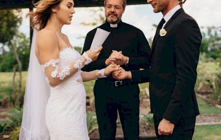 Une femme entrain de lire son voeu de mariage | photo : Shutterstock
