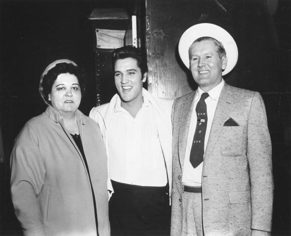 Rock and roll singer Elvis Presley with his parents Vernon and Gladys in 1961 | Photo: Getty Images