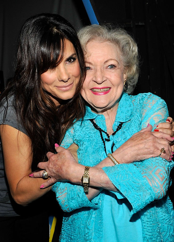 Sandra Bullock and Betty White attend the 2010 Teen Choice Awards at Gibson Amphitheatre on August 8, 2010 | Photo: Getty Images