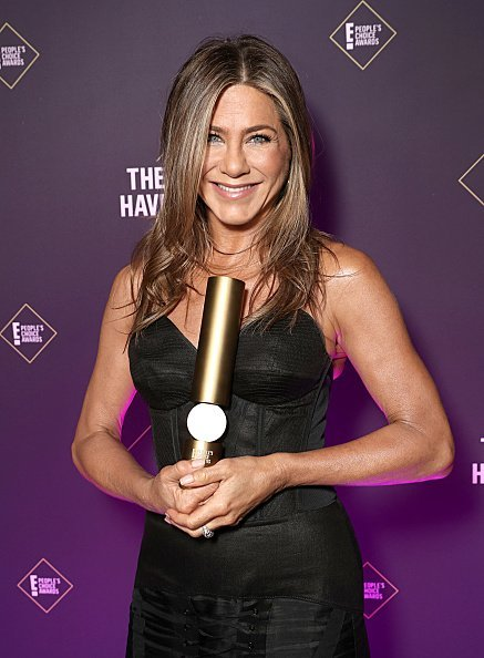 Jennifer Aniston pose dans les coulisses du E 2019! Prix ​​du public | Photo: Getty Images