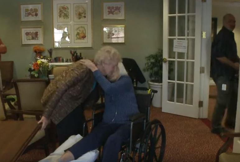 Las ancianas se dan un abrazo. Fuente: YouTube / 9NEWS