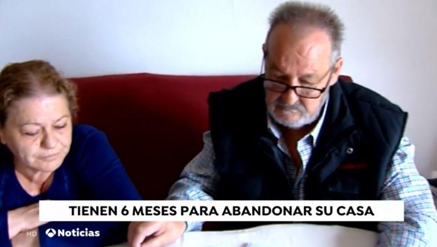 Pareja de ancianos sentados. Fuente: Antena 3 Caputa
