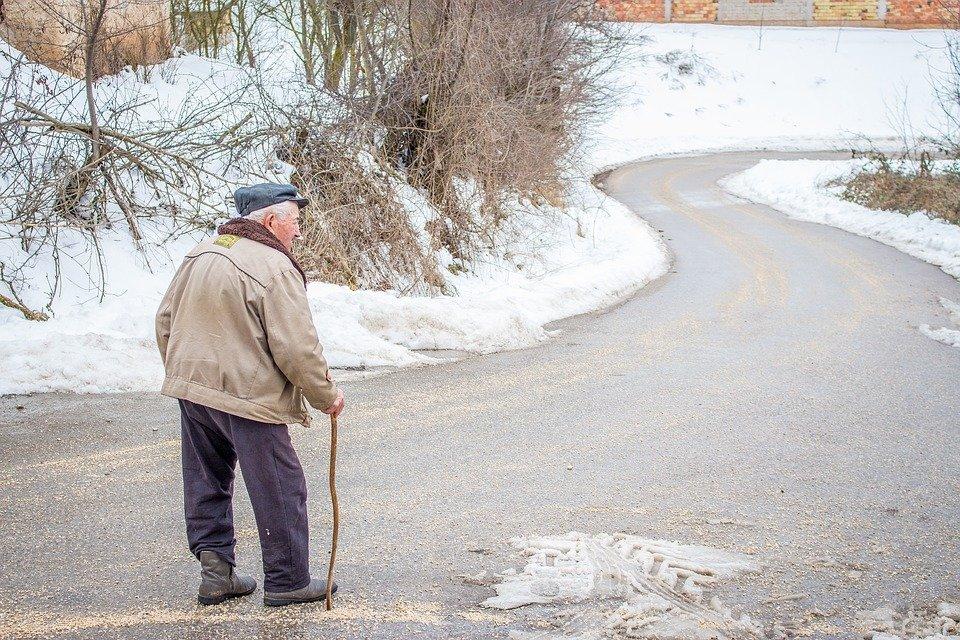 Un vieil homme avec une canne | photo : Pixabay