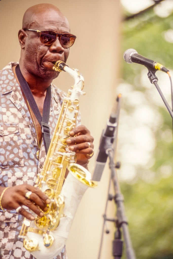 Manu Dibango playing the saxophone at New York's Central Park in July 1994. | Photo: Getty Images