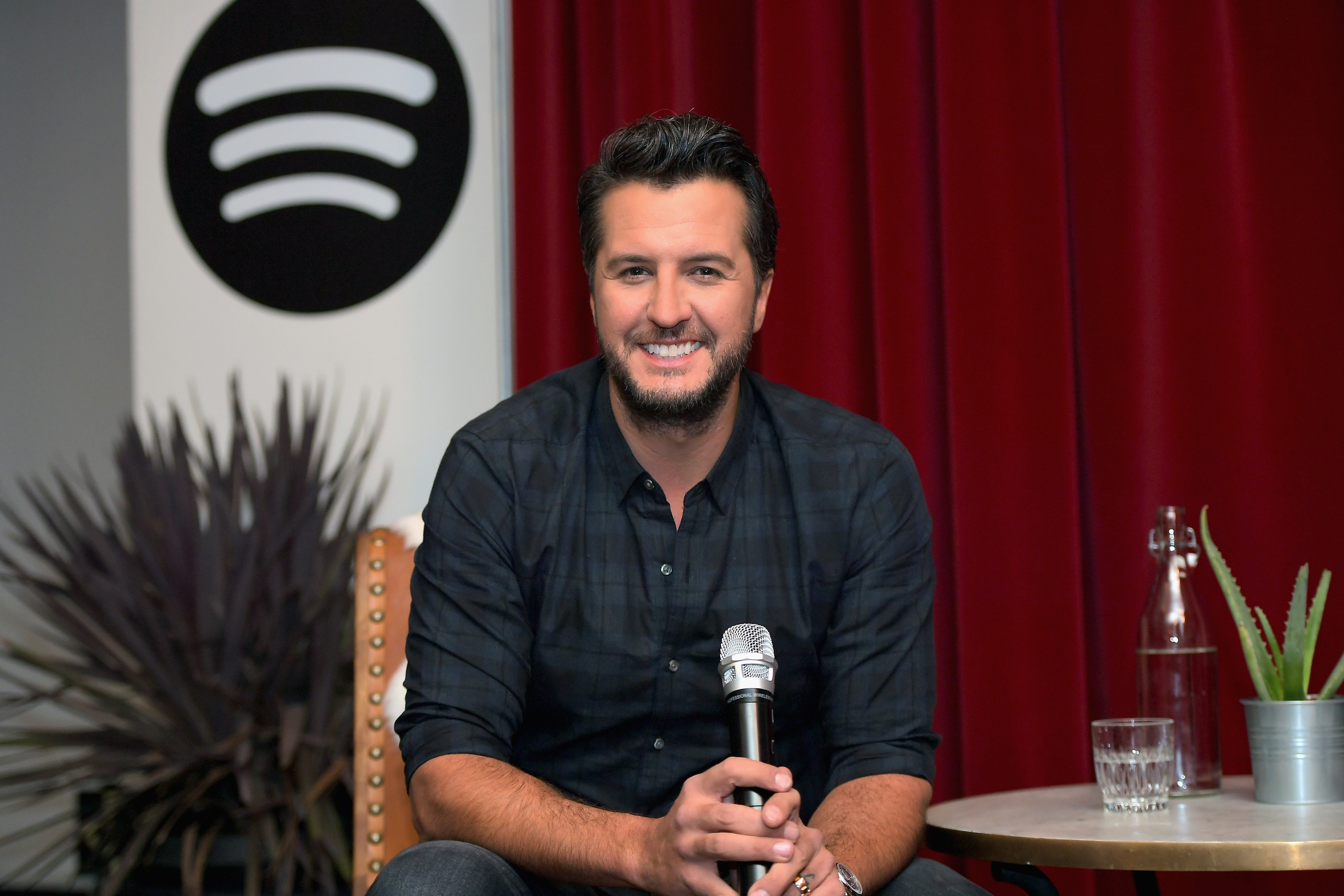 Luke Bryan during a 2017 fan meet and greet event in Los Angeles. | Photo: Getty Images