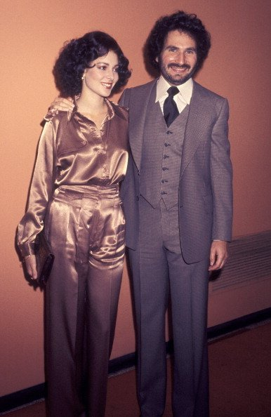 Gabe Kaplan and date Leigh Walsh attend ABC Affiliates Dinner on May 12, 1977 | Photo: Getty Images