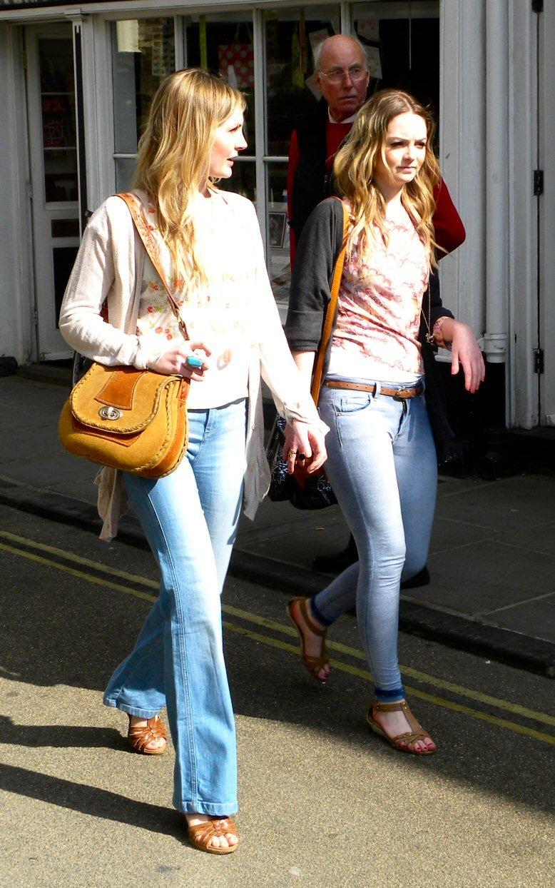 Madre e hija de compras. | Imagen: Wikimedia Commons