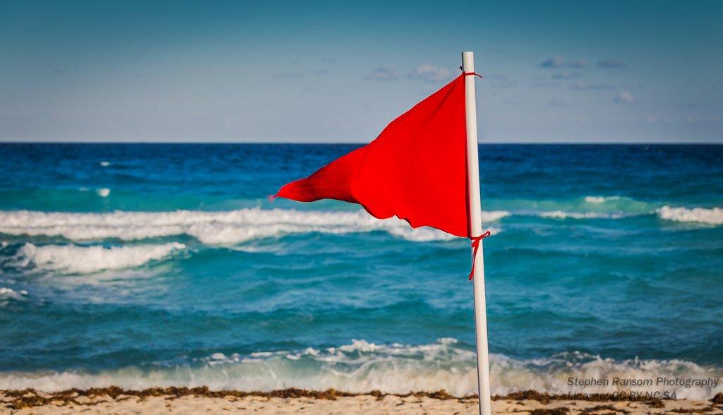 Bandera roja de advertencia en la playa.   Imagen: Flickr