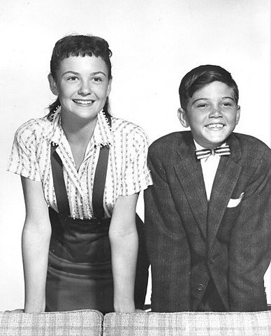 Shelley Fabares and Paul Petersen in 1958. | Source: Wikimedia Commons