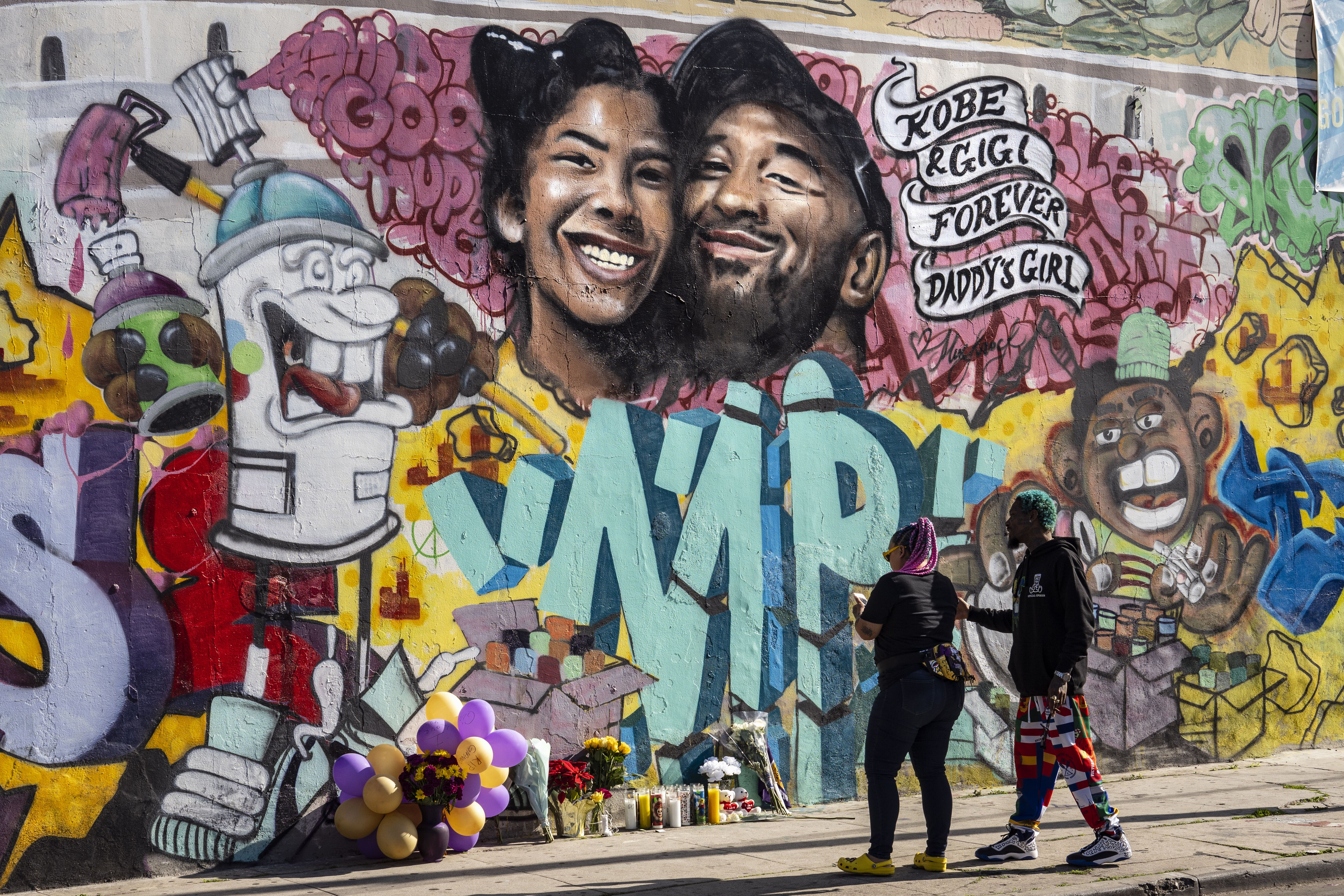 A mural painted by  a mural by the artists Muck Rock and Mr79lts as a tribute to Kobe Bryant and his daughter Gianna/ Source: Getty Images