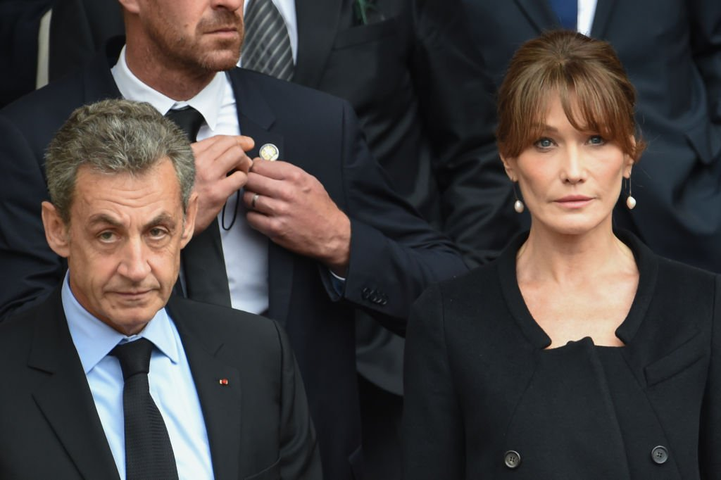 Nicolas Sarkozy et Carla-Bruni Sarkozy quittent la cathédrale après un service religieux pour l'ancien président français Jacques Chirac à l'église Saint-Sulpice à Paris, France. | Photo : Getty Images
