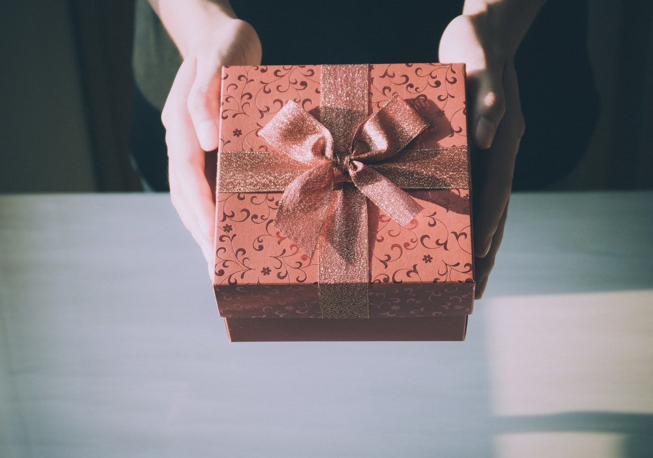 Photo of a hand holding a gift box | Photo: Pexels