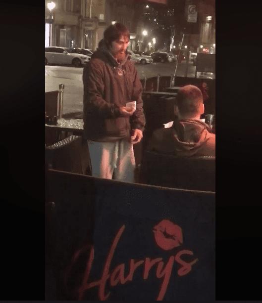 El hombre sin hogar le entregó un recibo por el dinero que retiró. Fuente: Facebook / Jack Fada