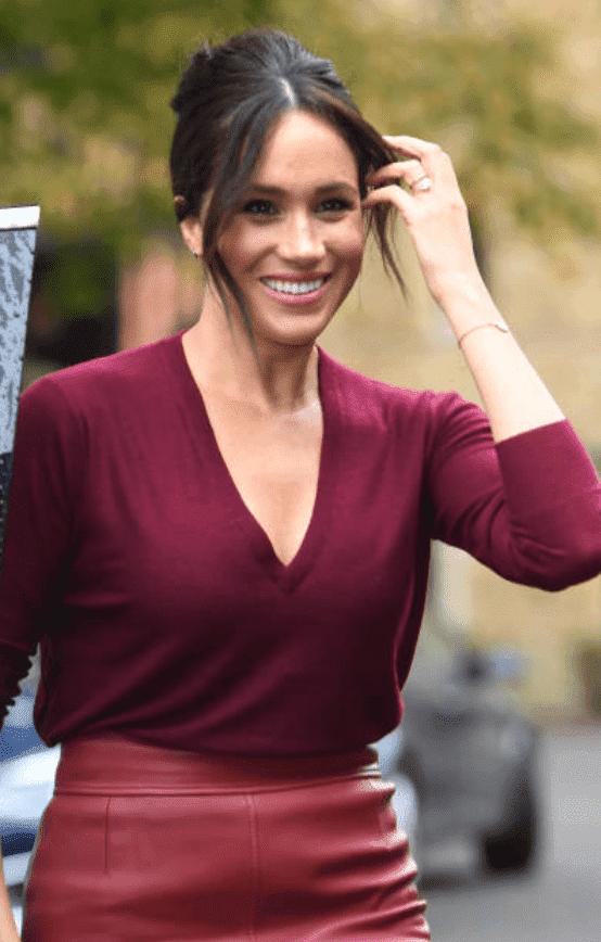 Meghan Markle porte des bijoux Vargas Goteo alors qu'elle arrive à une table ronde sur l'égalité des sexes avec le Queens Commonwealth Trust (QCT) et One Young World au Windsor Castle, le 25 octobre 2019 | Photo : Getty Images