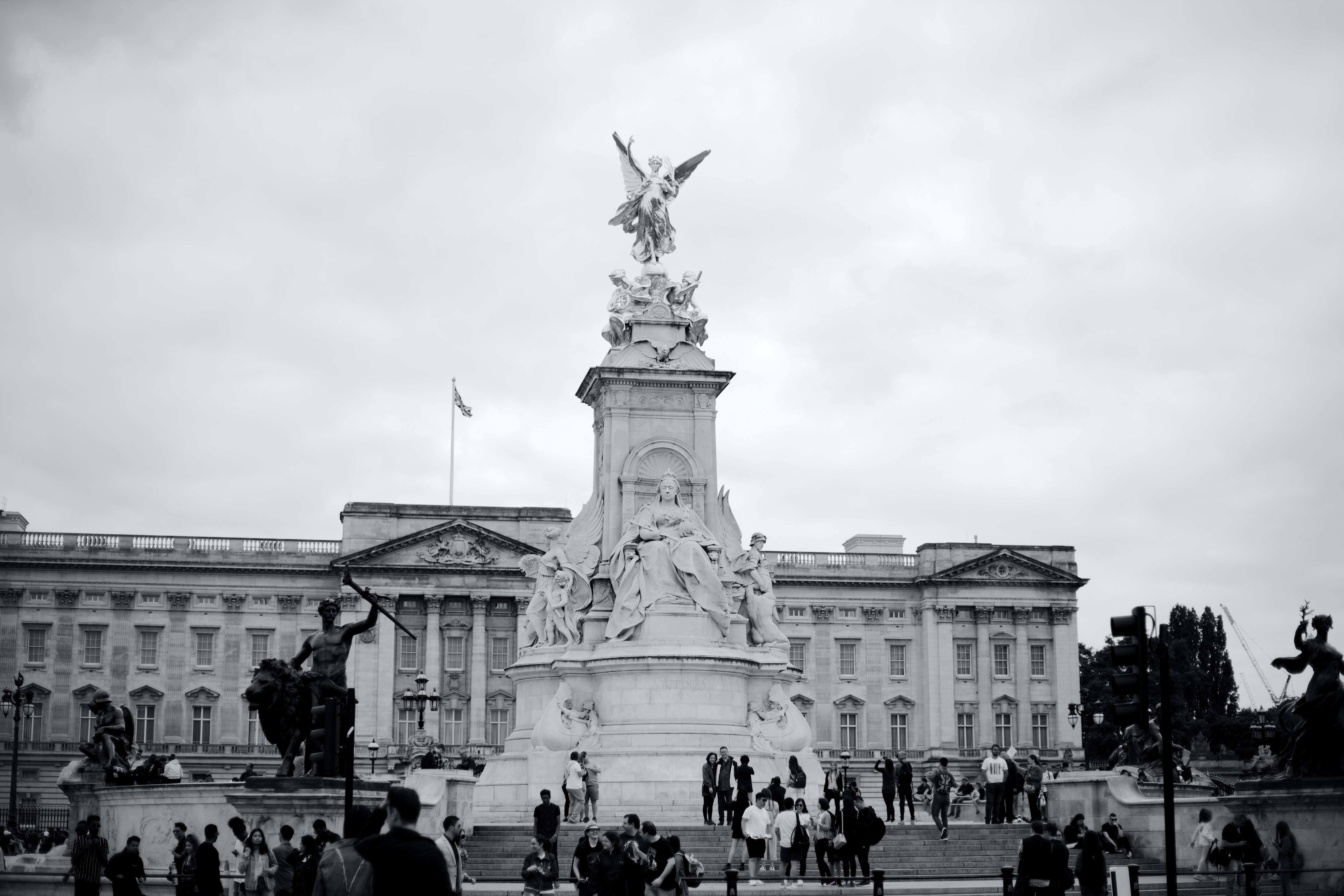 Pictured - A black and white photo of Buckingham Palace | Source: Pexels