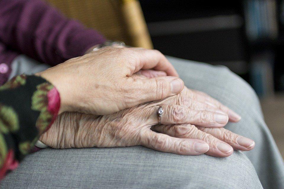 Alte und junge Frau halten Hände | Quelle: Pixabay