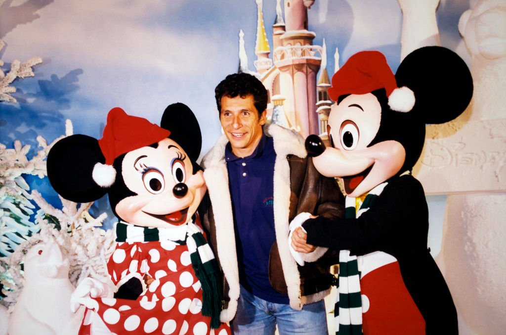 Nagui entouré de Mickey et Minnie à Disneyland Paris, en novembre 1997. | Photo : Getty Images