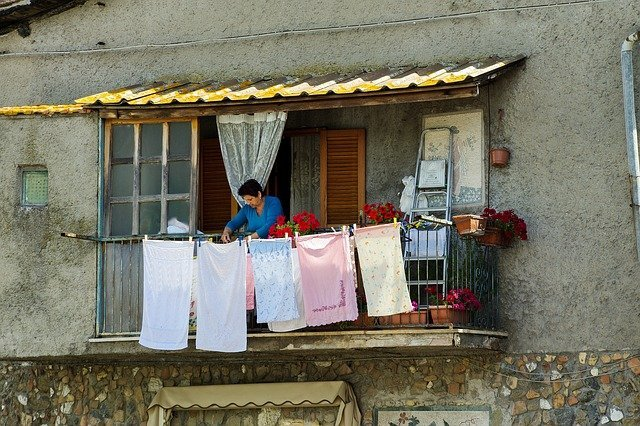 Woman doing chores | Source: Pixabay
