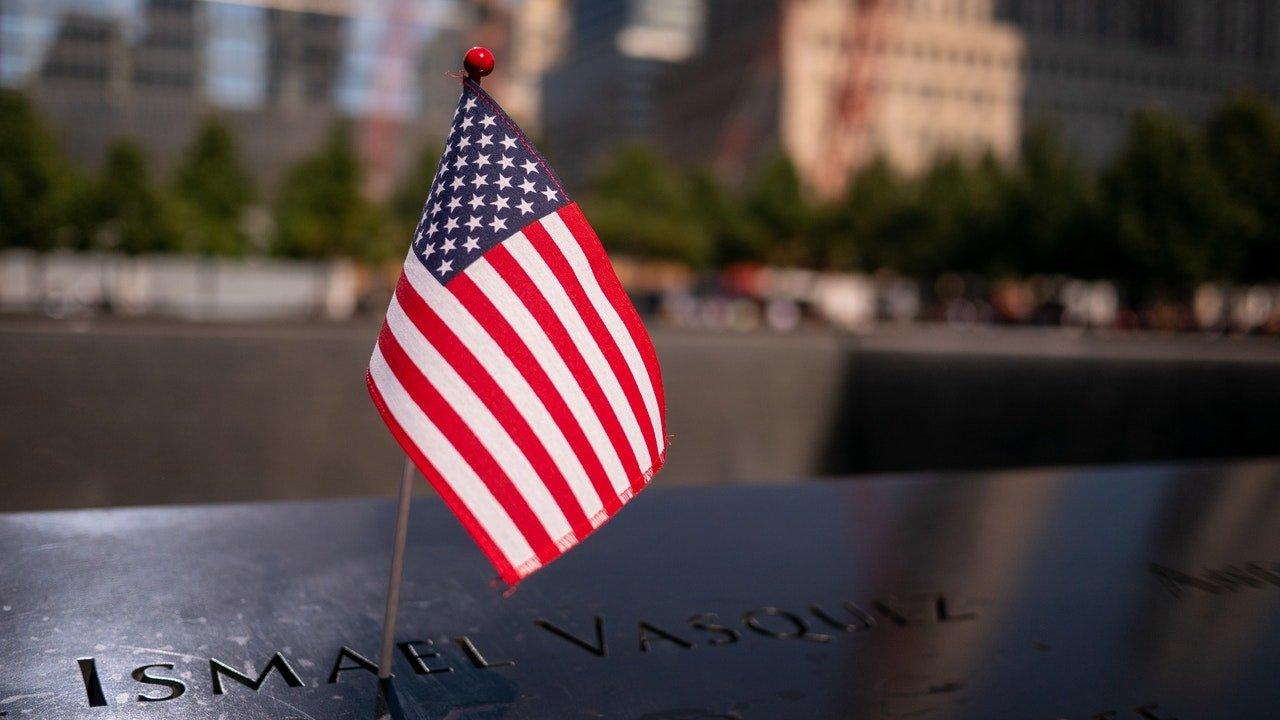 Photo of a US flag on a 9/11 memorial headstone | Photo: Pexels