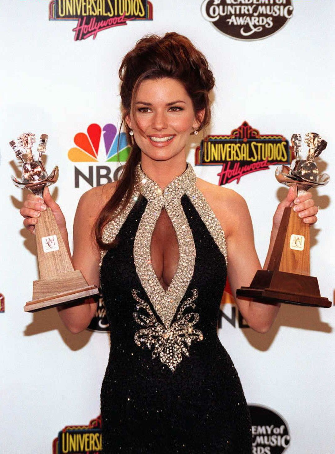 """Shania Twain holding the awards she received at the 31st Annual """"Academy of Country Music Awards"""" in California, 1996   Photo: Getty Images"""