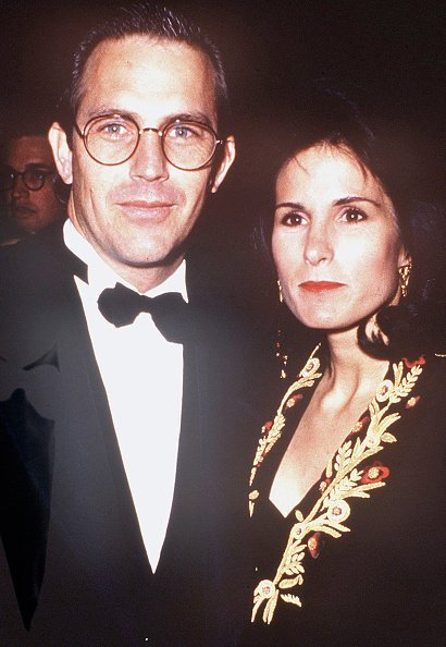 Kevin Costner and Cindy Silva at Cineplex Odeon Cinema on November 4, 1990, in Los Angeles, California | Photo: Getty Images