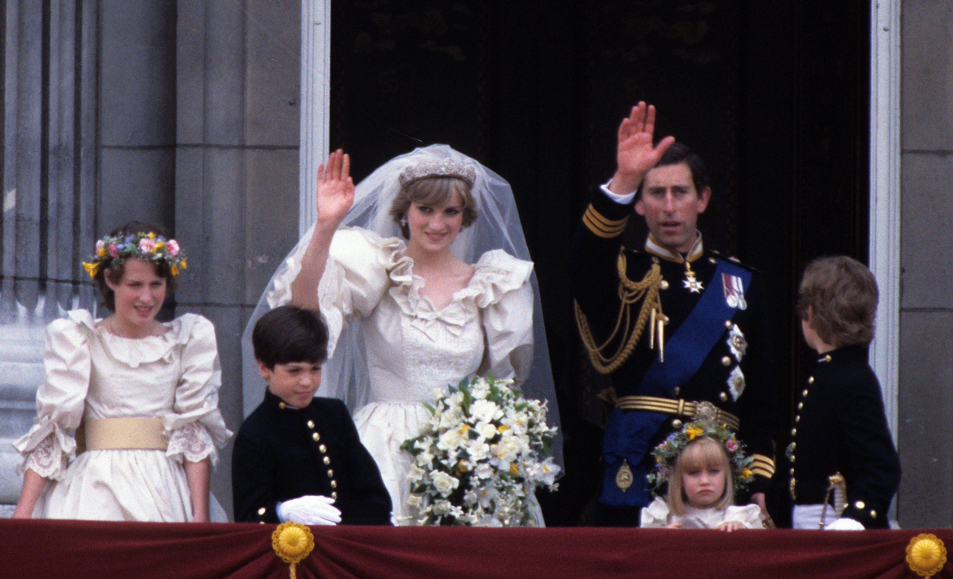Prince Charles, Prince of Wales and Diana, Princess of Waleswave from the balcony of Buckingham Palace following their wedding July 29, 1981 | Photo: GettyImages