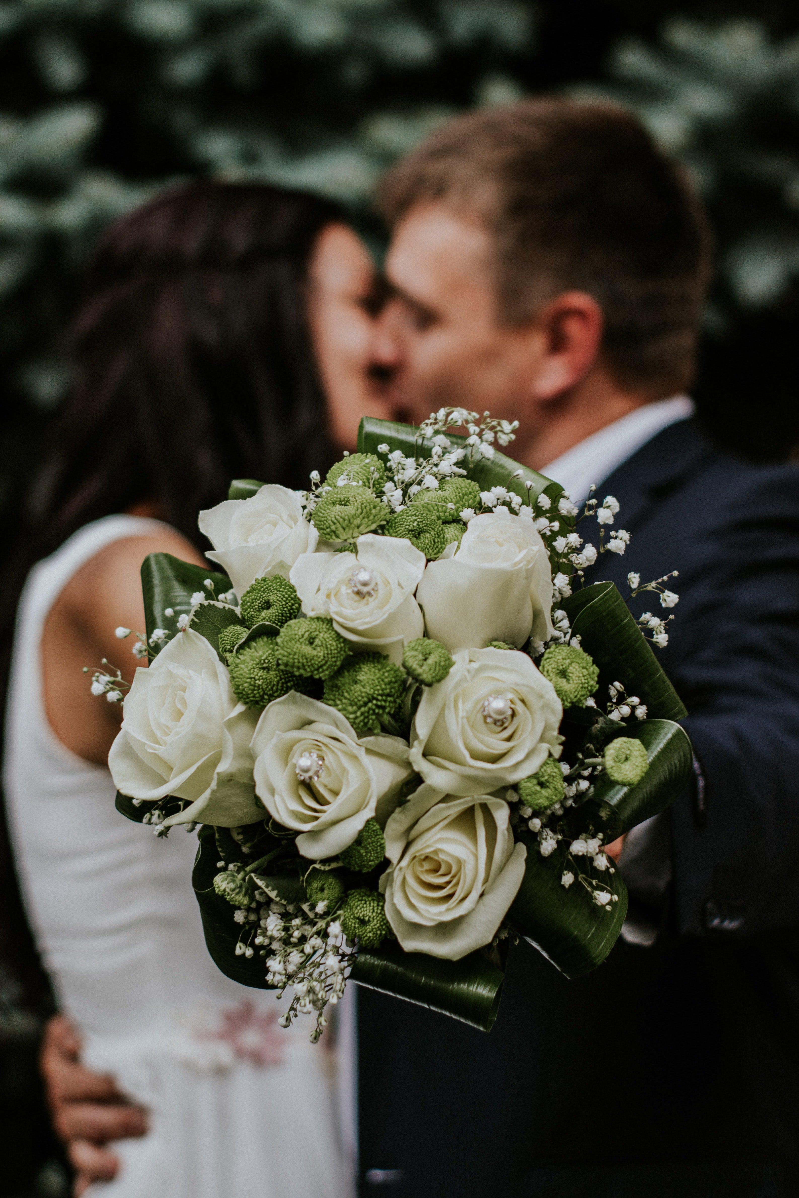 Hochzeitspaar küsst | Quelle: Pexels