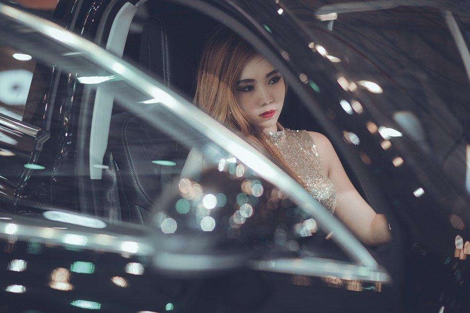 Une femme silencieuse dans la voiture. | Photo : Pixabay