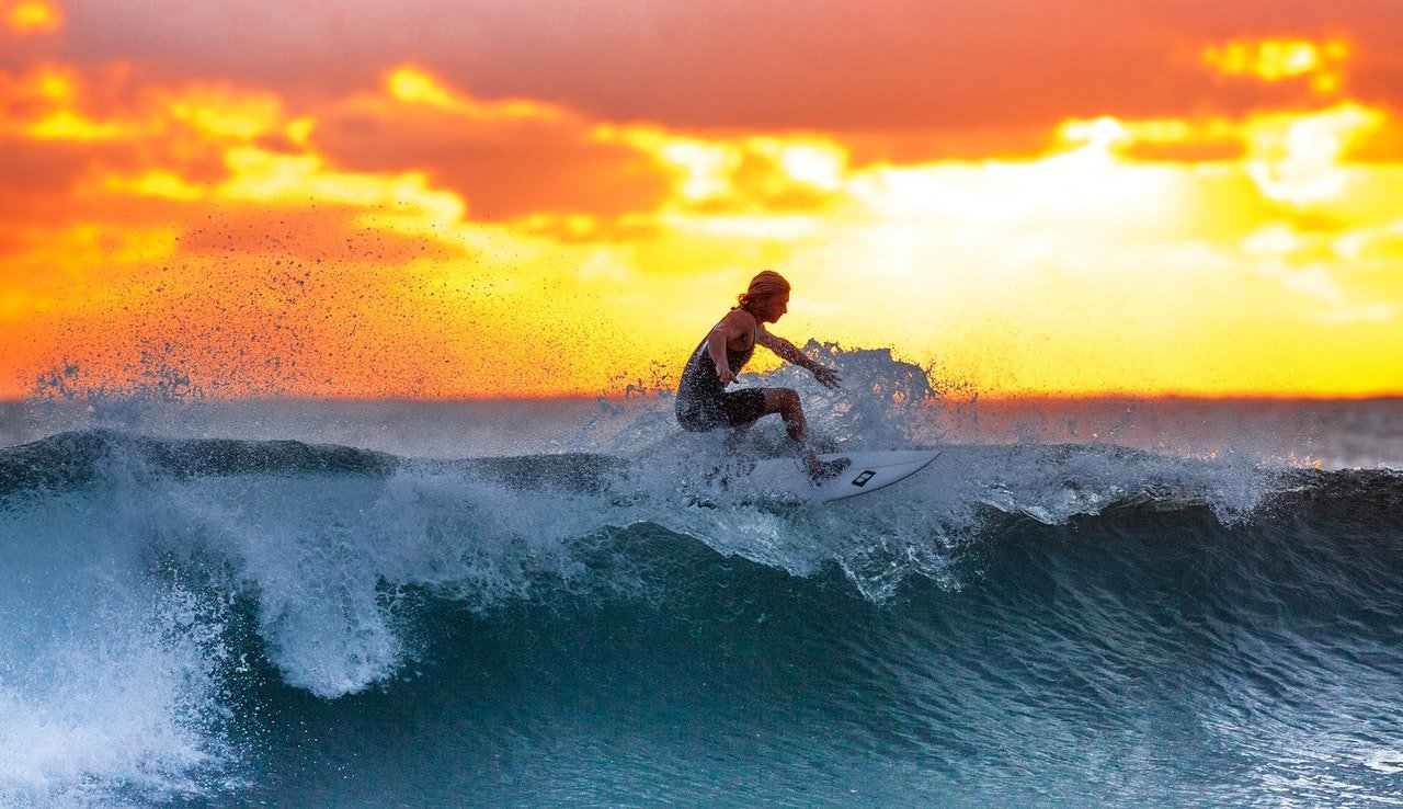 Photo of a surfer in the ocean | Photo: Pexels