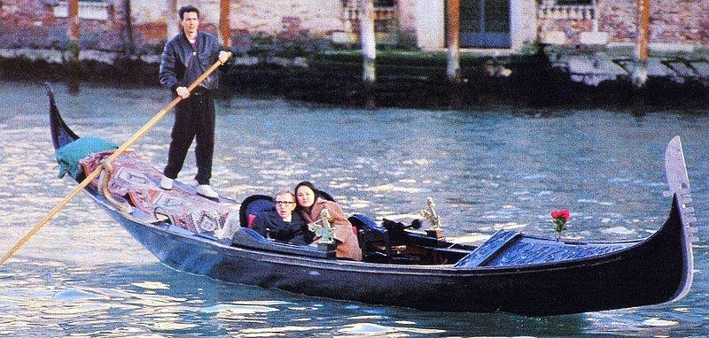 Woody Allen y Soon-Yi Previn paseando en Venecia, Italia. | Foto:Wikipedia