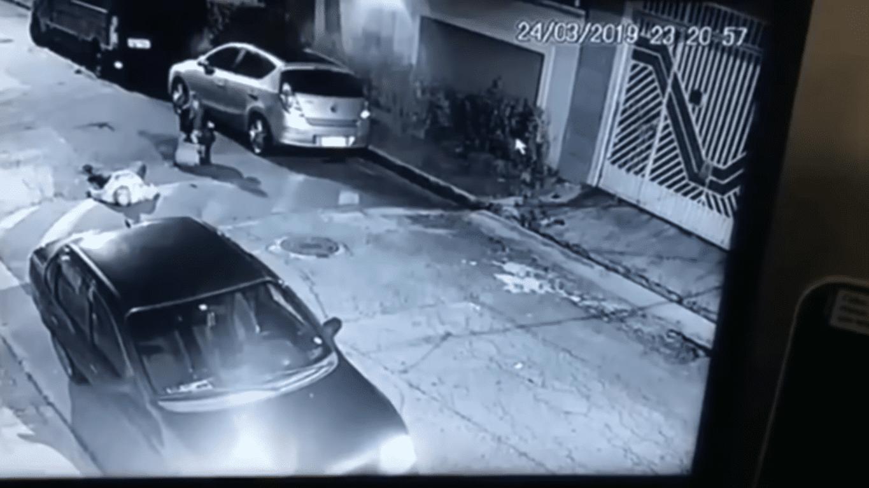 La mujer llamando a la policía | Imagen tomada de: YouTube/LiveLeak Channel