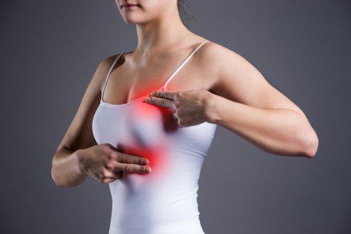Frau mit Brustschmerzen | Quelle: Shutterstock